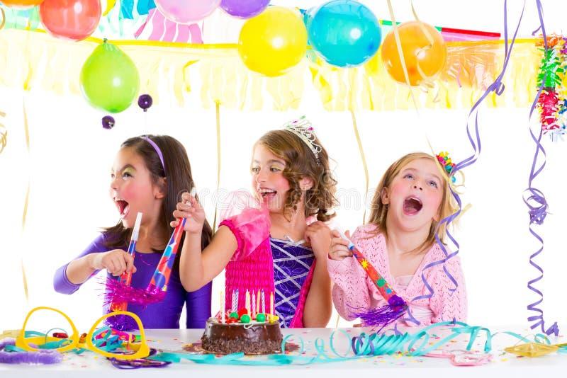 Het jonge geitje van kinderen in verjaardagspartij het dansen het gelukkige lachen stock foto