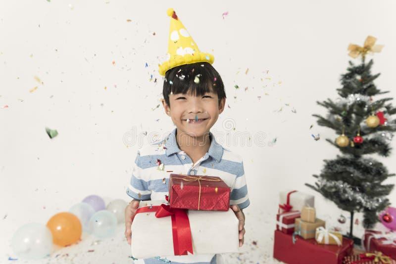 Het jonge geitje vrolijk voor giftdoos viert Kerstmis en gelukkig nieuw jaar royalty-vrije stock foto's