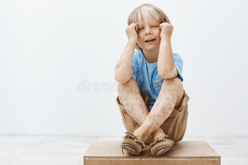 Het jonge geitje wil alleen en verstoorde aandacht, die voelen Portret van sombere ongelukkige leuke jongen met blonde haar en vi stock afbeeldingen