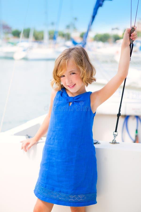 Het jonge geitjemeisje van het kind in jachthavenboot op de zomervakanties royalty-vrije stock foto