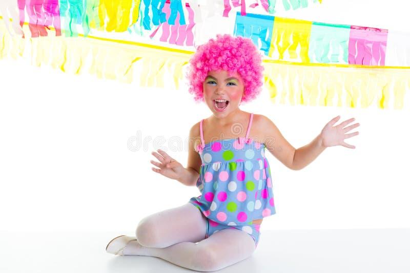 Het jonge geitjemeisje van het kind met roze de pruiken grappige uitdrukking van de partijclown royalty-vrije stock foto