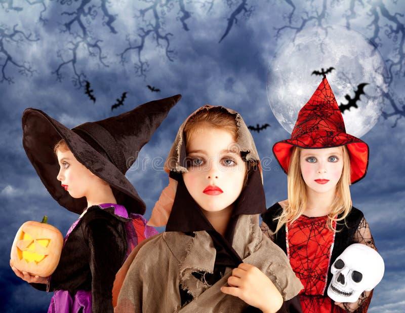 Het jonge geitjemeisjes en pompoen van Halloween in maanhemel royalty-vrije stock afbeeldingen