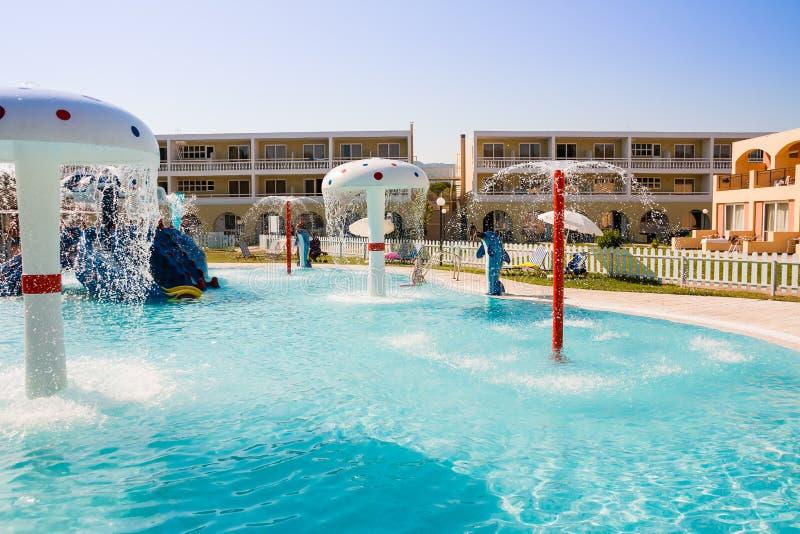 Het jonge geitjes zwembad in hotel, voegt openlucht, waterpark, vakantiepret in hotel, wateraantrekkelijkheid voor kinderen samen stock afbeeldingen