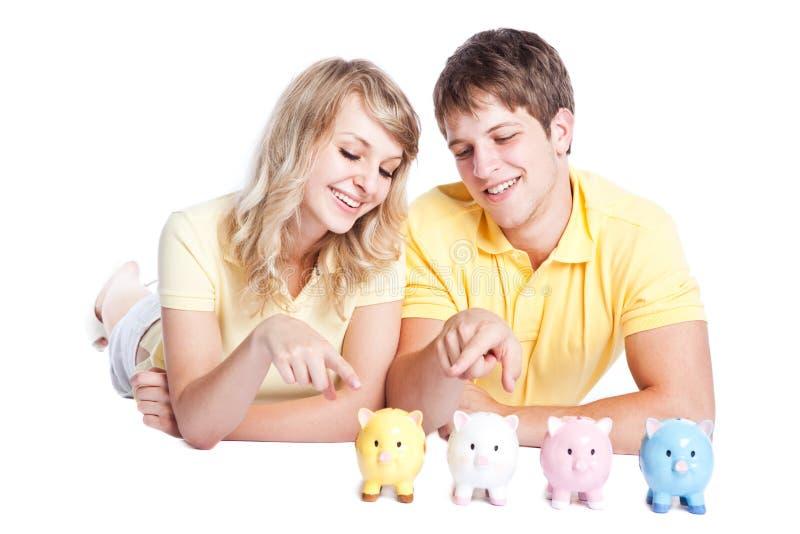 Het jonge geld van de paarbesparing stock foto