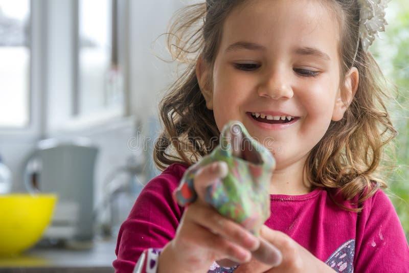 Het jonge gelukkige het glimlachen Kaukasische spel van het kindmeisje stock foto