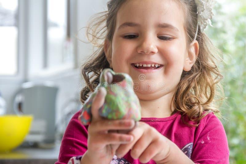 Het jonge gelukkige het glimlachen Kaukasische spel van het kindmeisje stock afbeeldingen
