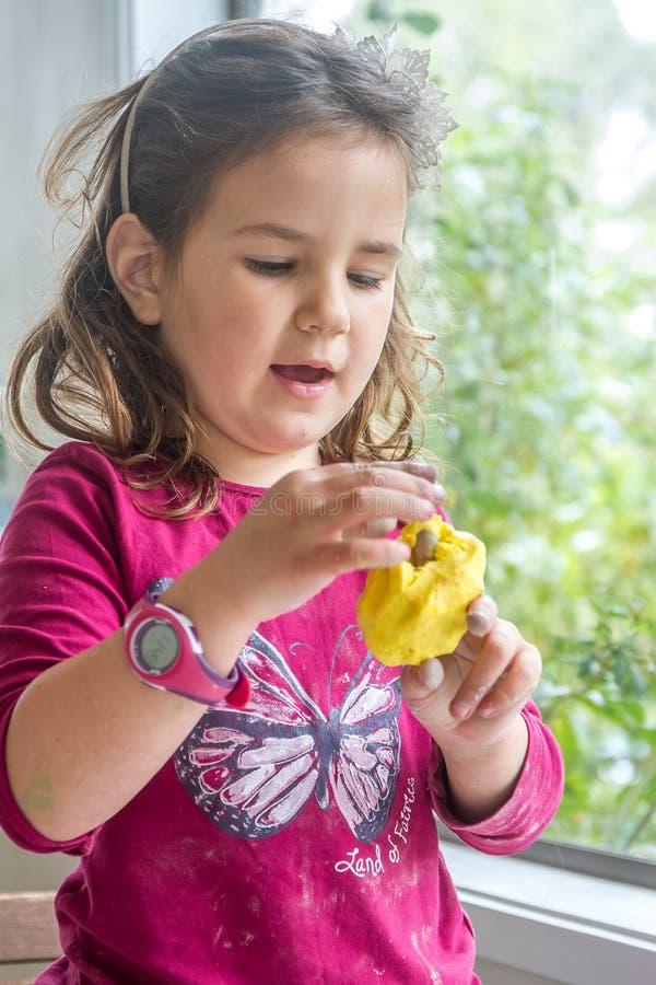 Het jonge gelukkige het glimlachen Kaukasische spel van het kindmeisje royalty-vrije stock foto