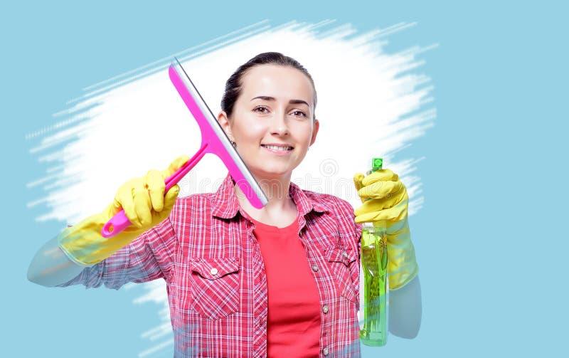 Het jonge gelukkige huisvrouw schoonmaken royalty-vrije stock foto's
