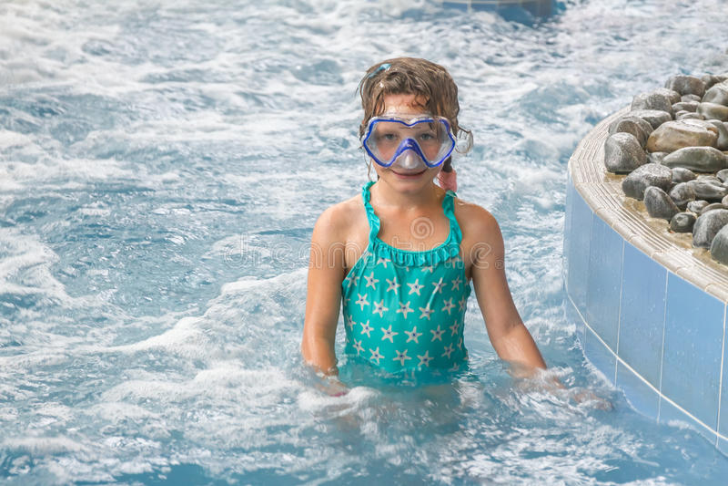 Het jonge gelukkige Kaukasische kindmeisje zwemmen royalty-vrije stock afbeeldingen