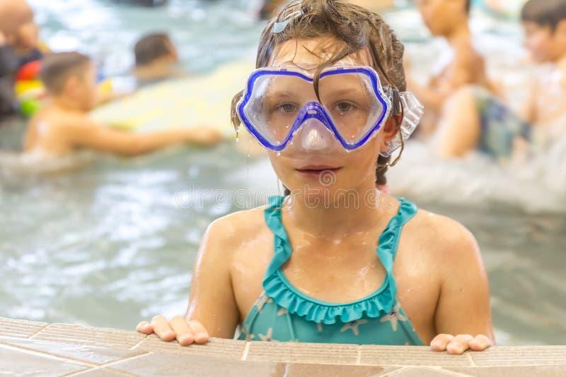 Het jonge gelukkige Kaukasische kindmeisje zwemmen stock foto's