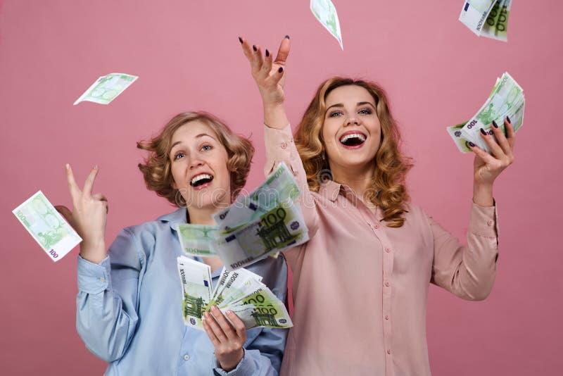 Het jonge gelukkige meisje met verrukking werpt op het contante geld Zij genieten van succes en welvaart, financiële markten, en  stock foto