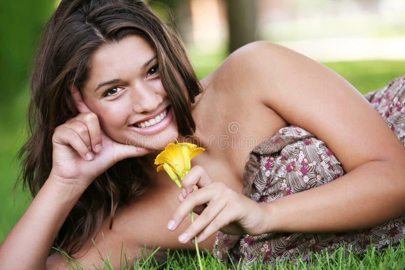 Het jonge gelukkige meisje openlucht stellen. stock afbeelding