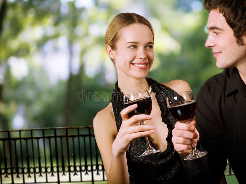 Het jonge gelukkige paar drinken stock foto