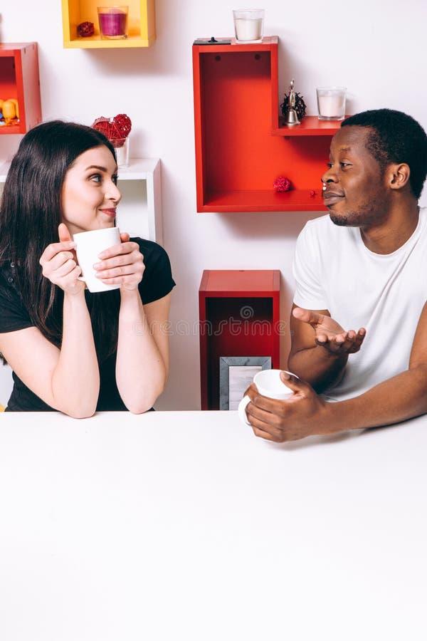 Het jonge gelukkige paar drinkt thee op keuken, vrije tijd royalty-vrije stock foto