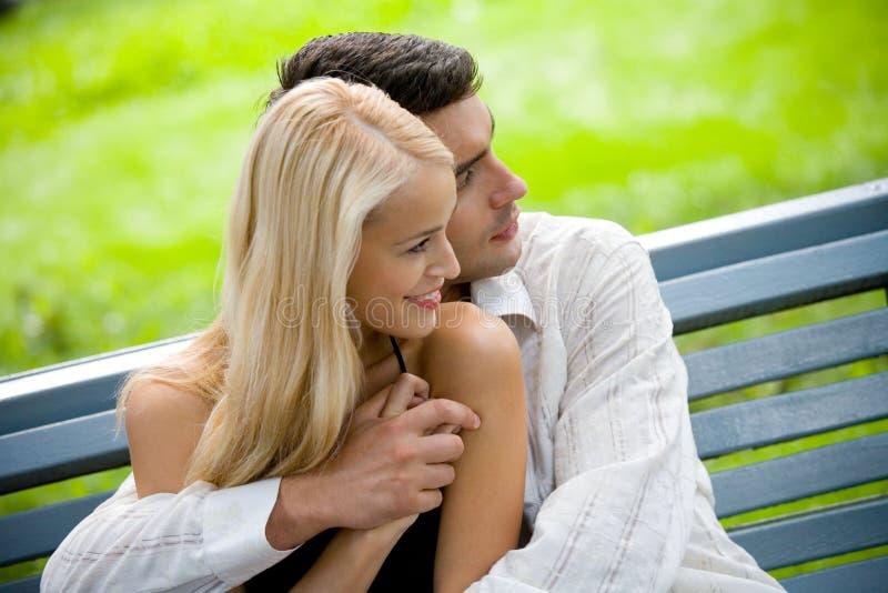 Het jonge gelukkige paar lopen royalty-vrije stock fotografie