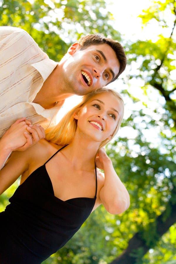 Het jonge gelukkige paar lopen stock fotografie