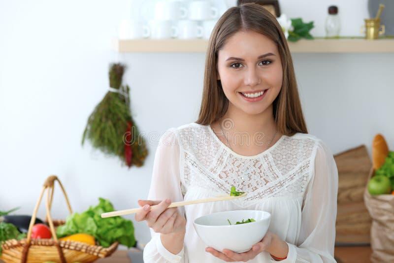 Het jonge gelukkige vrouw koken in de keuken Gezonde maaltijd, levensstijl en culinaire concepten De goedemorgen begint met vers royalty-vrije stock fotografie