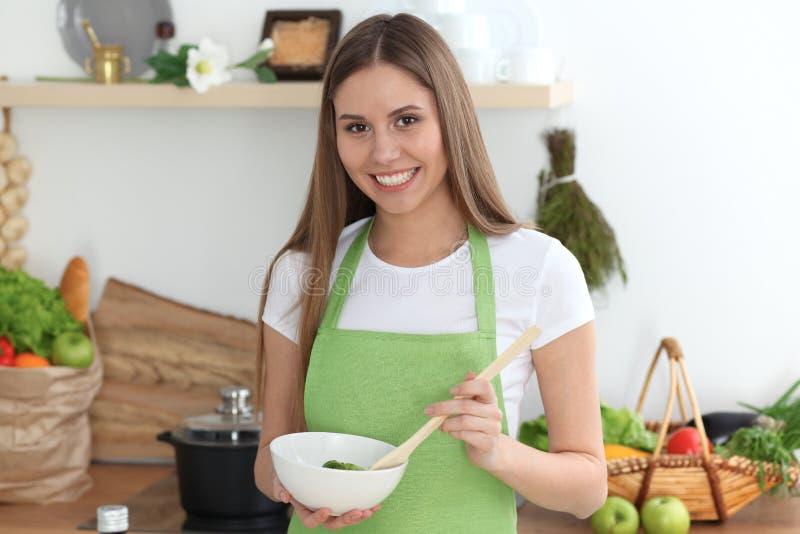 Het jonge gelukkige vrouw koken in de keuken Gezonde maaltijd, levensstijl en culinaire concepten De goedemorgen begint met vers royalty-vrije stock foto