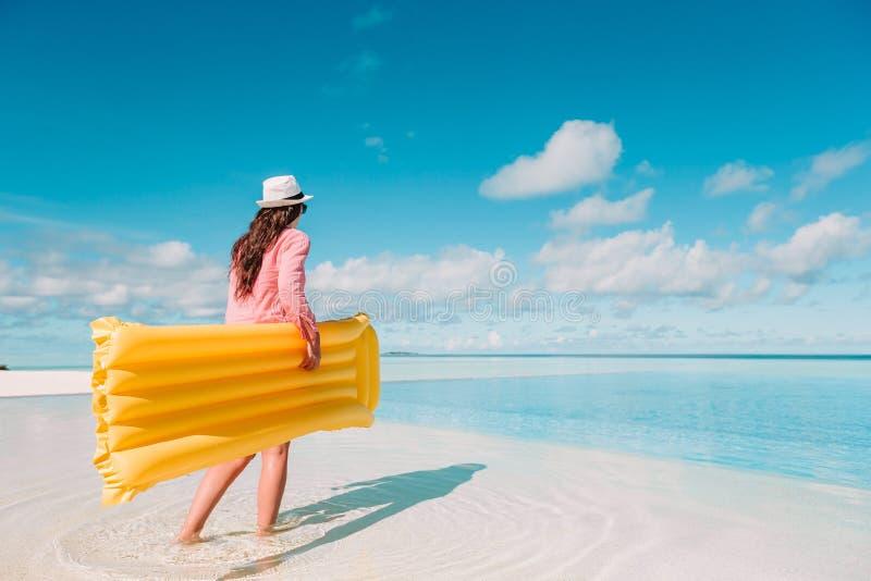 Het jonge gelukkige vrouw ontspannen in een zwembad stock foto's