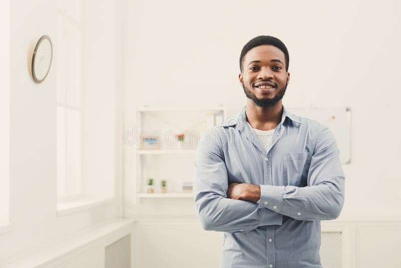 Het jonge gelukkige zwarte mens stellen bij venster royalty-vrije stock foto's