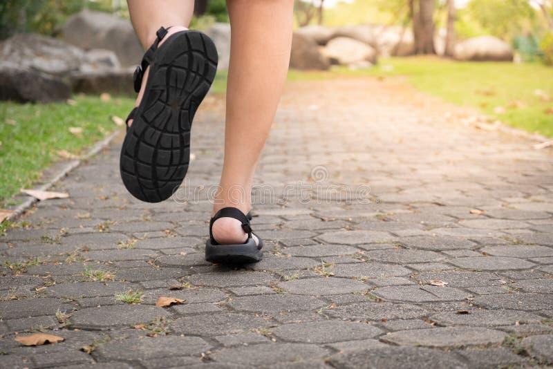 Het jonge geschiktheidsvrouw lopen stock afbeelding