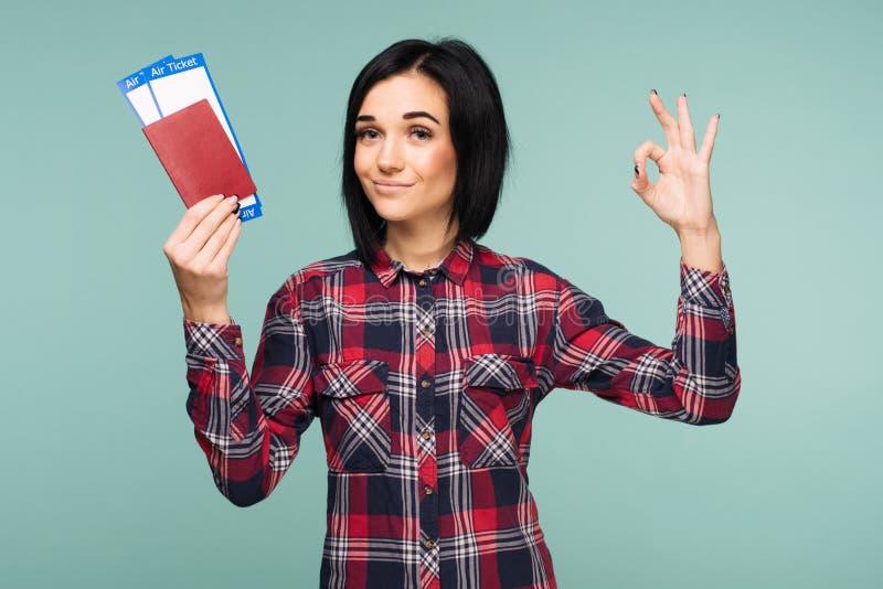 Het jonge geschokte opgewekte kaartje van de het paspoort instapkaart van de studenteholding op wintertalingsachtergrond Onderwij royalty-vrije stock afbeeldingen