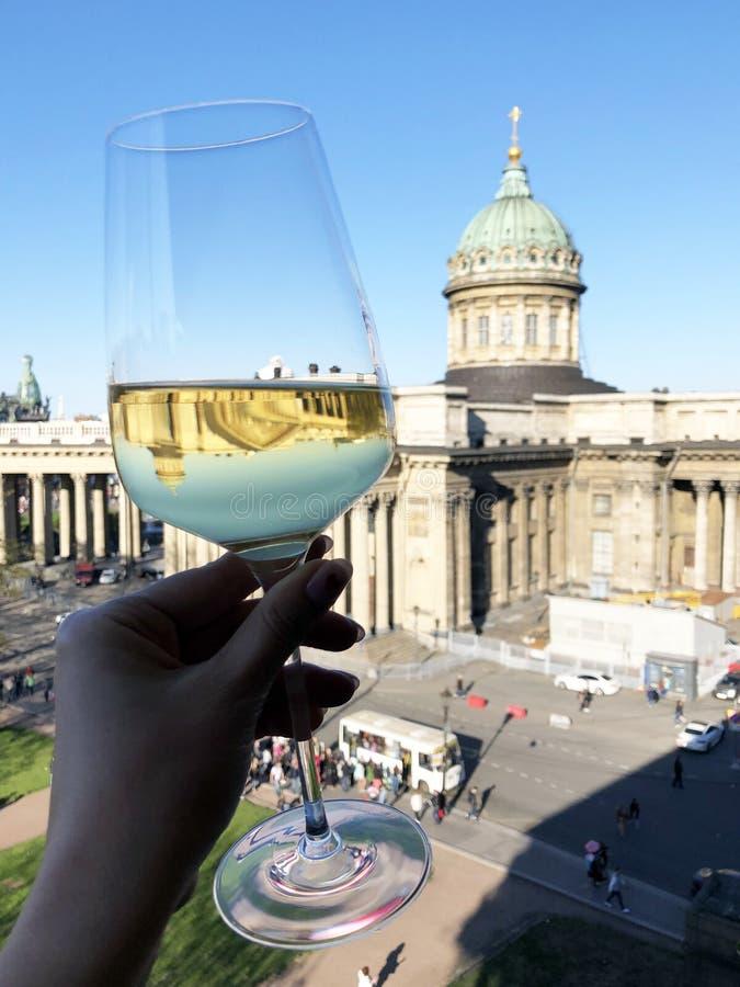Het jonge glas van de vrouwenholding van wijn en het drinken met stadsmening royalty-vrije stock afbeeldingen