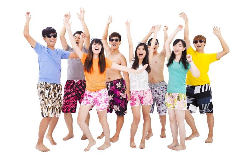 het jonge groep dansen en geniet de zomer van vakantie stock afbeelding