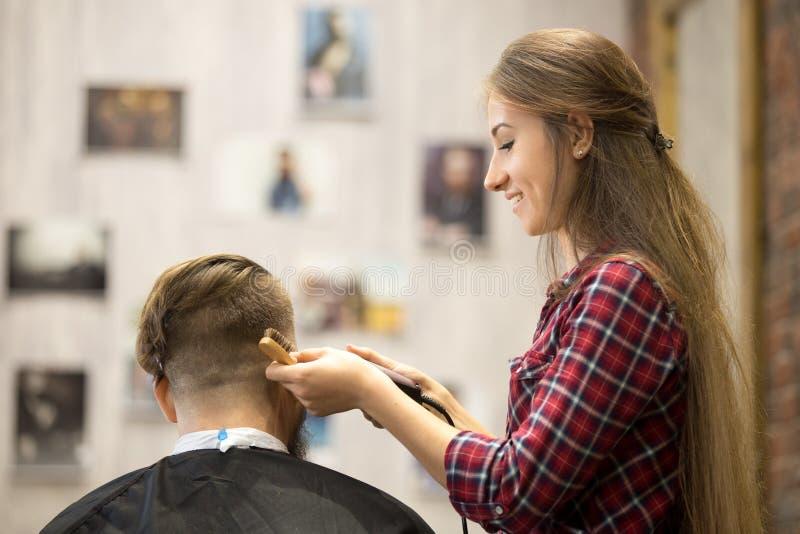 Het jonge herenkappervrouw werken royalty-vrije stock afbeelding