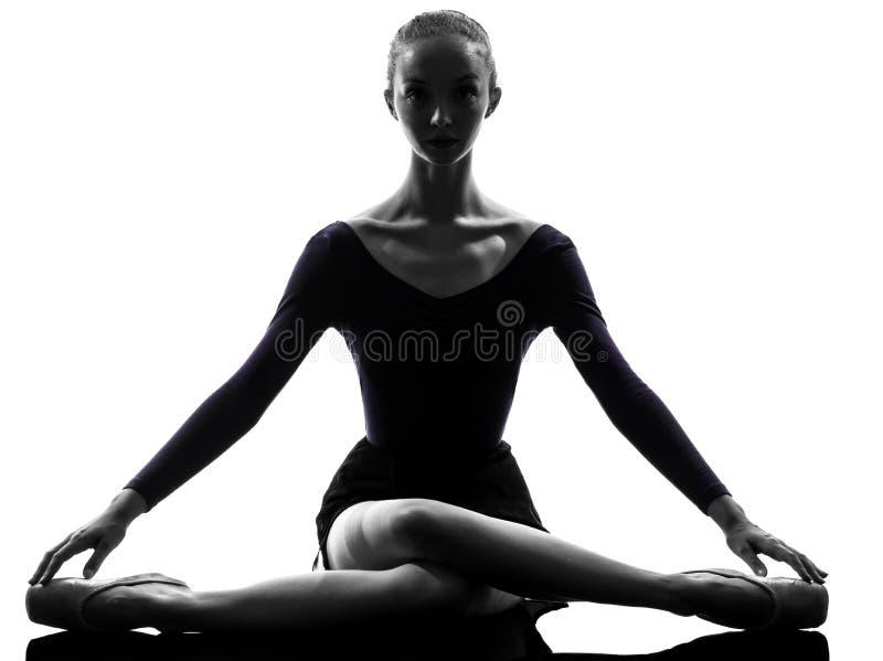 Het jonge het ballet van de vrouwenballerina uitrekkende opwarmen royalty-vrije stock afbeeldingen