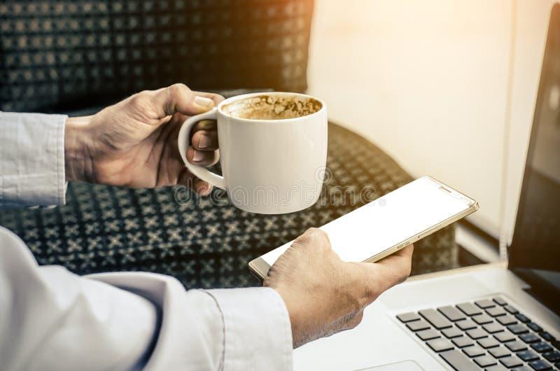 Het jonge hipsterkerel texting met zijn mobiele telefoon bij de bar royalty-vrije stock foto's