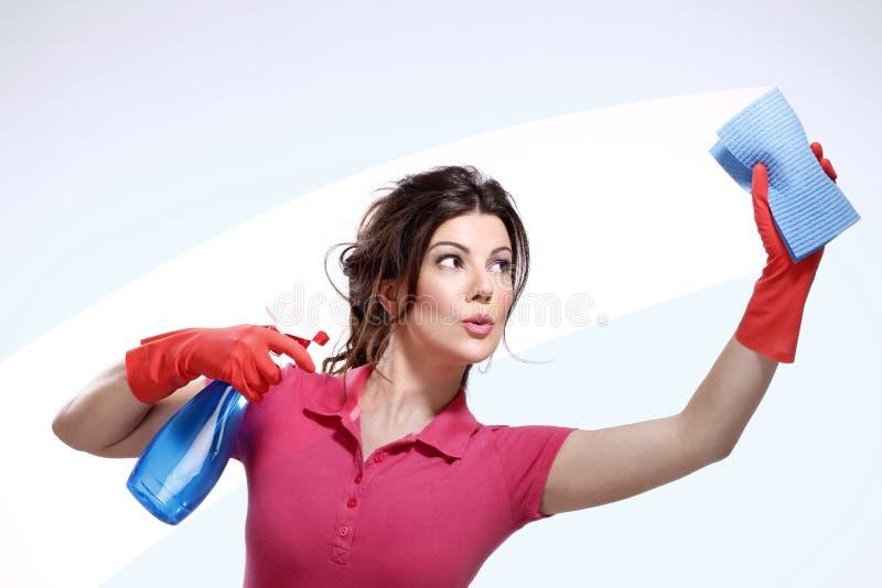 Het jonge huisvrouw schoonmaken stock foto