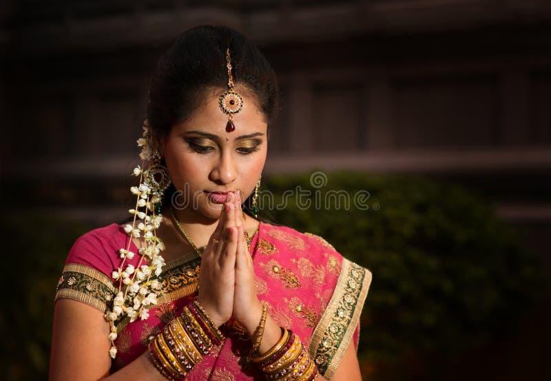 Het jonge Indische meisje bidden stock afbeeldingen