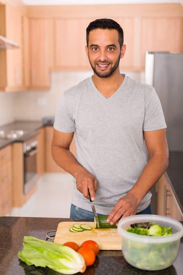 Het jonge Indische mens koken royalty-vrije stock afbeelding