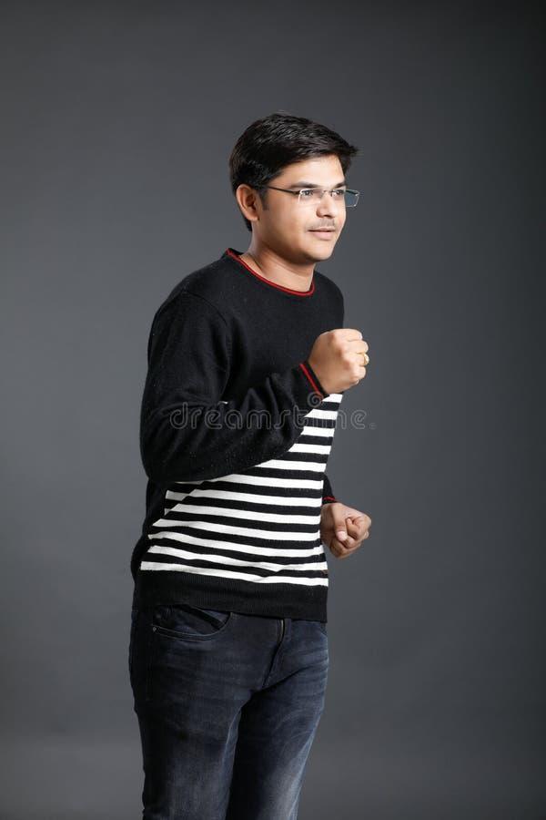 Het jonge Indische mens lopen stock fotografie