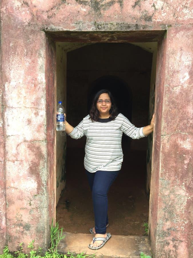 Het jonge Indische vrouw stellen elegant bij een ingang stock fotografie