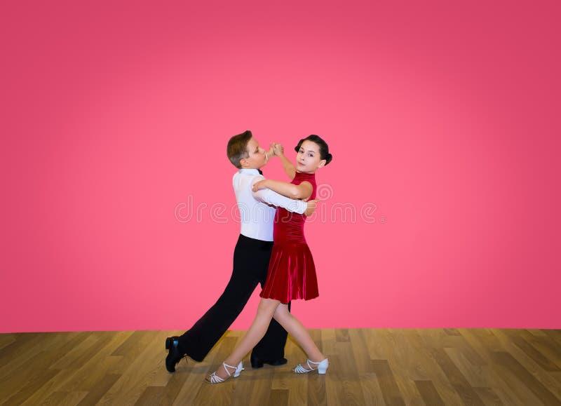Het jonge jongen en meisjes stellen bij dansstudio royalty-vrije stock afbeelding