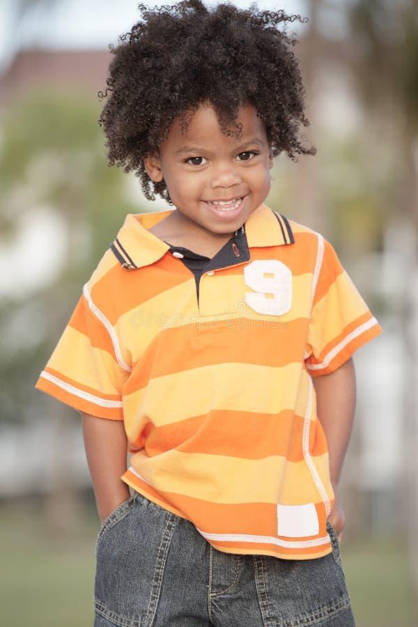 Het jonge jongen glimlachen royalty-vrije stock afbeelding