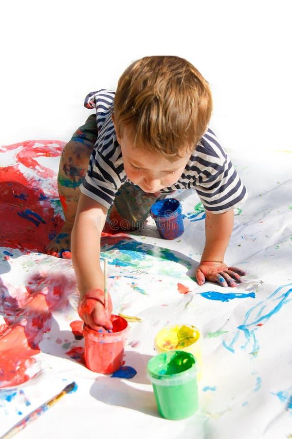 Het jonge jongen schilderen stock afbeelding