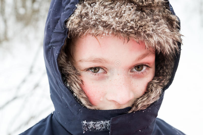 Het jonge jongen spelen in de sneeuw royalty-vrije stock afbeelding