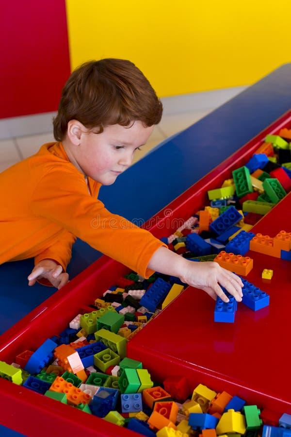 Het jonge jongen spelen met bouwstenen royalty-vrije stock foto's