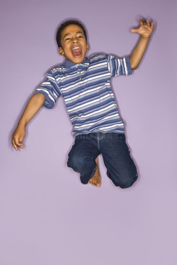 Het jonge jongen springen. royalty-vrije stock fotografie