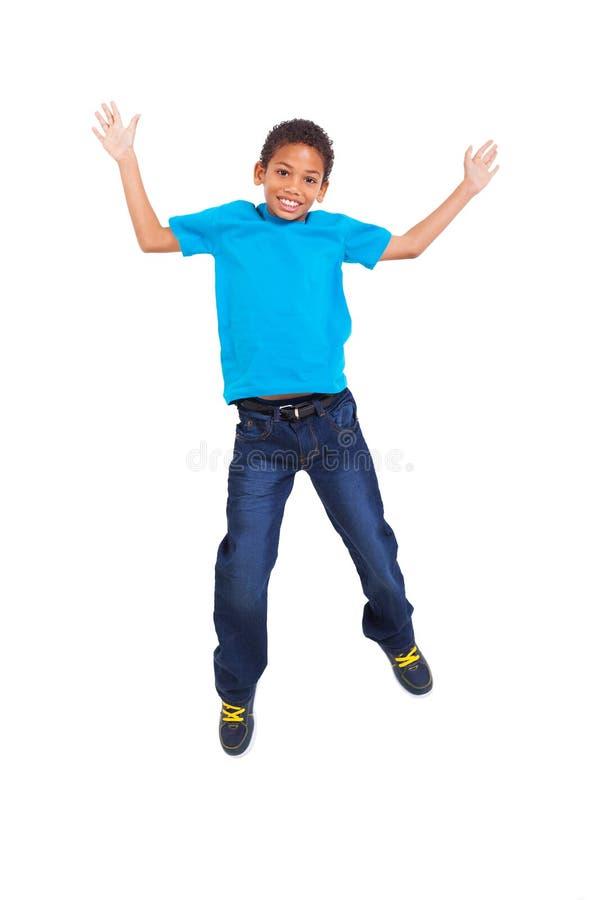 Het jonge jongen springen stock afbeelding