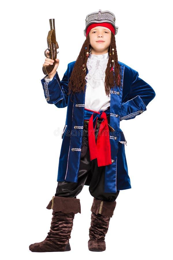 Het jonge jongen stellen in een kostuum van piraat royalty-vrije stock afbeeldingen