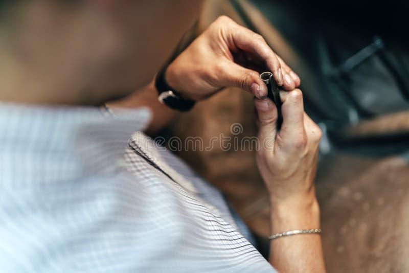 Het jonge Juwelier werken stock fotografie