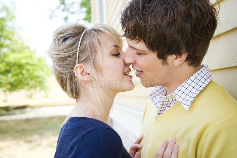 Het jonge Kaukasische paar kussen royalty-vrije stock foto