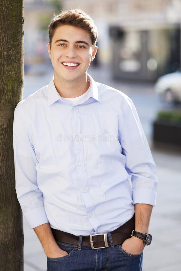 Het jonge kerel glimlachen royalty-vrije stock afbeeldingen