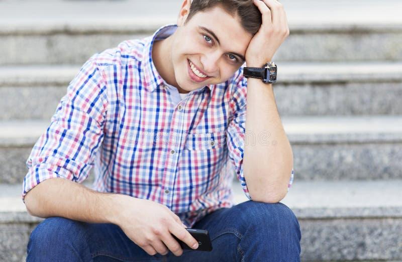 Het jonge kerel glimlachen stock afbeeldingen