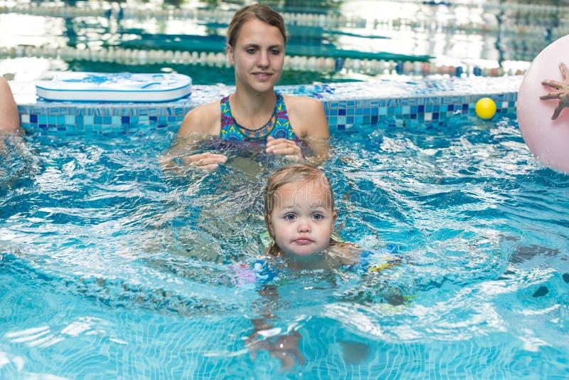 Het jonge kind van het jongensjonge geitje acht jaar het oude bespatten in zwembad die de activiteiten open wapens hebben van de  royalty-vrije stock afbeeldingen