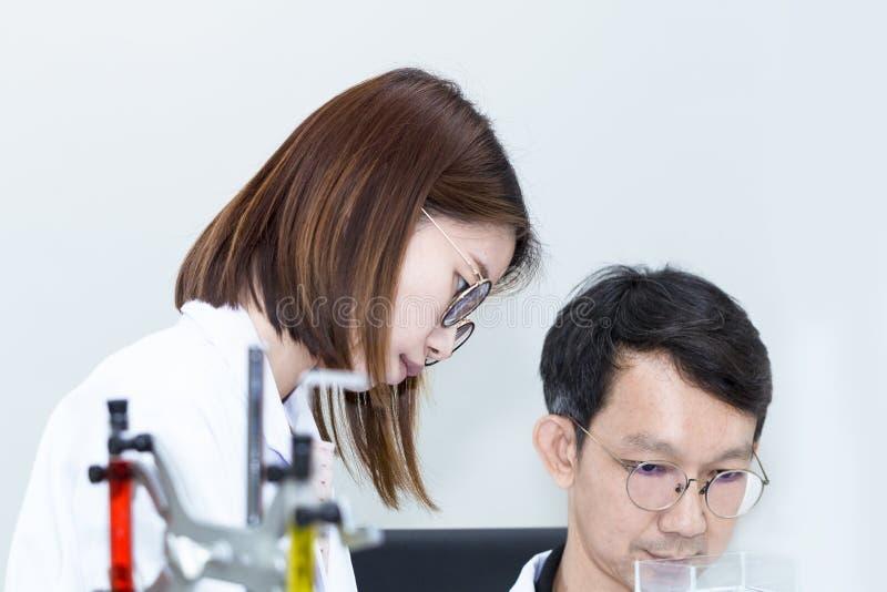 Het jonge knappe medische student en van de onderzoekmedewerker nemen royalty-vrije stock foto